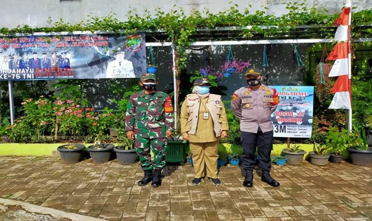 HUT TNI KE- 75 Koramil Kelapa Dua Curug  Ormas Bagikan 1000 Masker kepada Warga