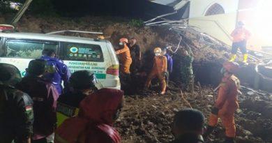 Evakuasi Koran Longsor oleh Tim SAR BASARNAS SUMEDANG