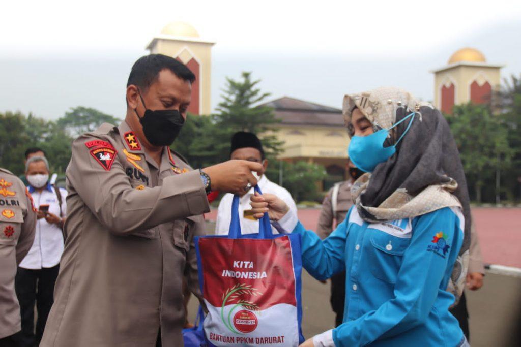 Tebar Kasih PPKM Level 4, Polda Banten Bagikan Sembako kepada buru