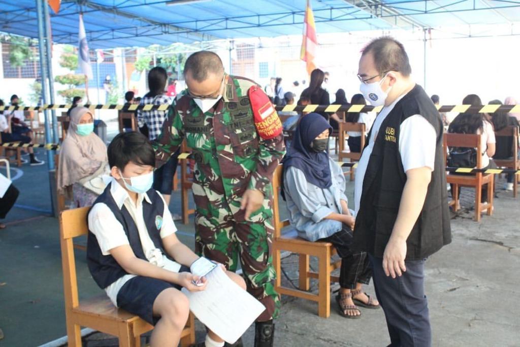 Danramil 02 Batu Ceper Tinjau Giat Vaksinasi DI sekolah Darma Widiya