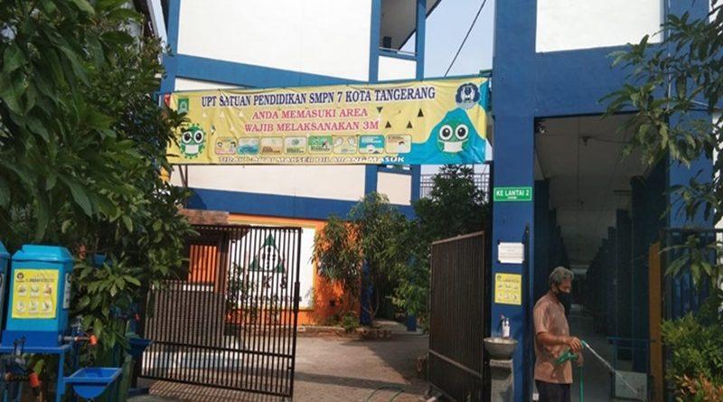 """Tiga Seragam SMP N 7 Kota Tangerang Seharga Rp 700 Ribu, """"Wow.. Fantastis."""""""